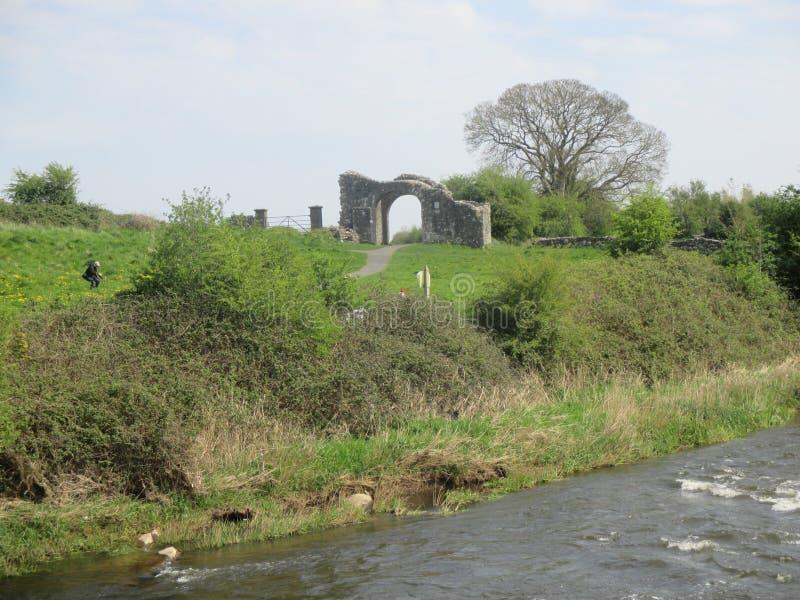 Forntida ingång längs flodklippning arkivfoton