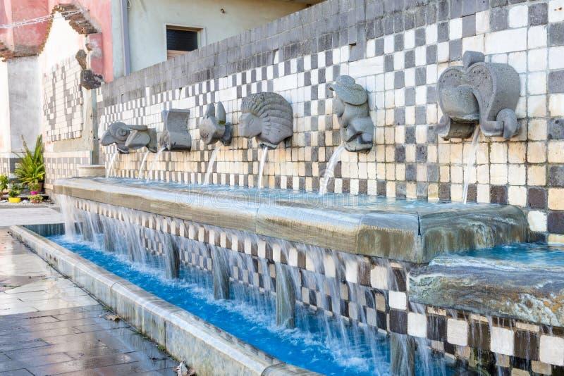Forntida italiensk vattenspringbrunn royaltyfria bilder