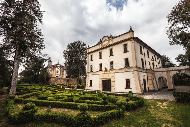 Forntida italiensk villa med trädgården Villa Savorelli, Sutri, Italien fotografering för bildbyråer