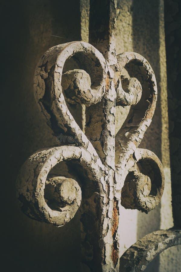 Forntida järnportgarnering specificerar swirly med rostiga delar royaltyfri foto