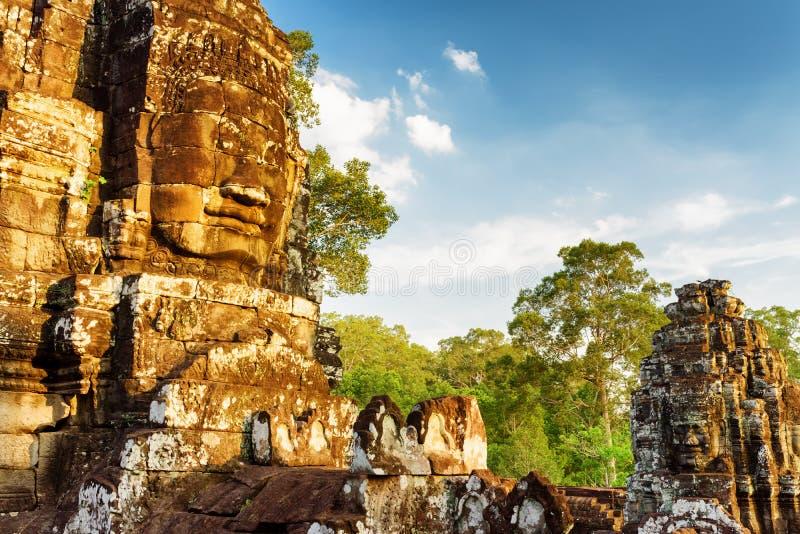 Forntida jätte- stenframsida av Bayon i Angkor Thom, Cambodja arkivfoton