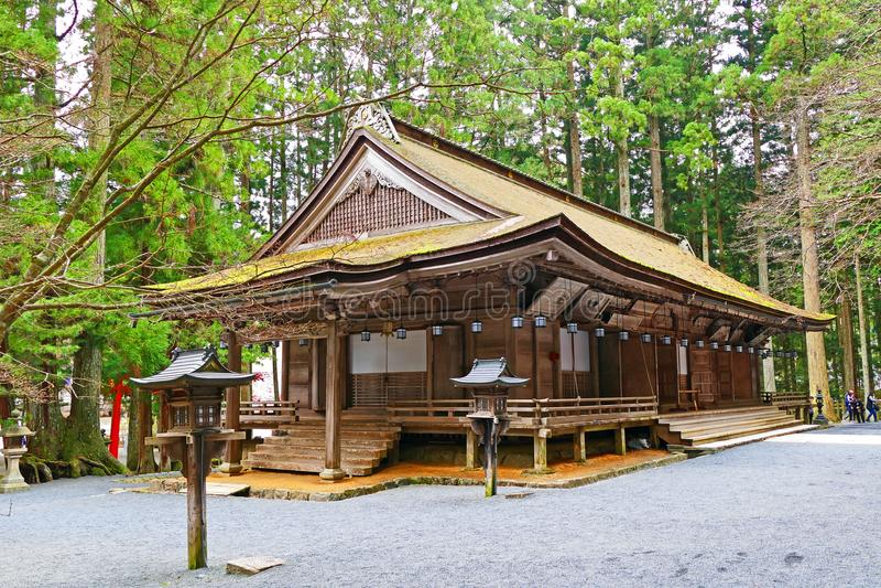 Forntida japansk träbuddistisk kloster på Mount Koya, Japan royaltyfria bilder