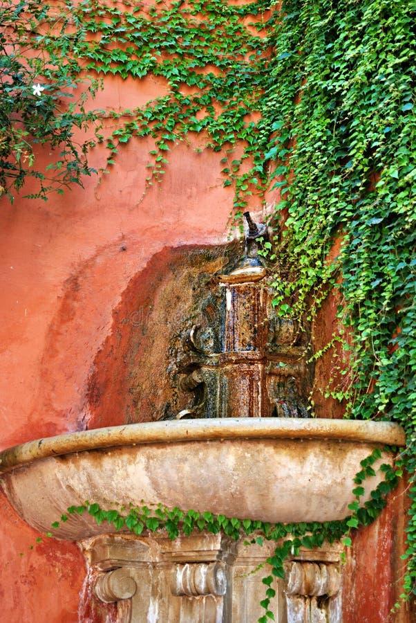 Forntida källa av sötvatten i ett hörn av Seville fotografering för bildbyråer