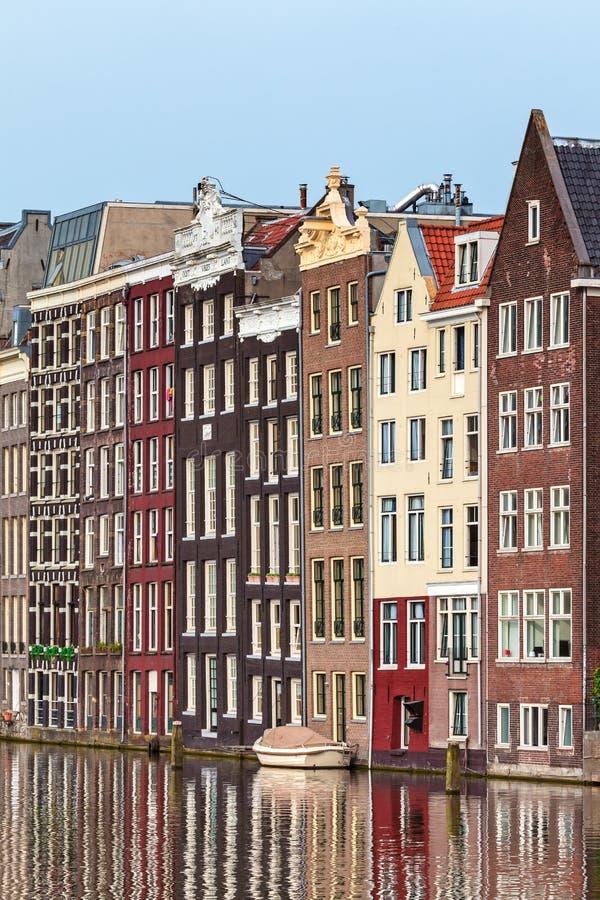 Forntida kanalhus i den holländska huvudstaden Amsterdam arkivbild
