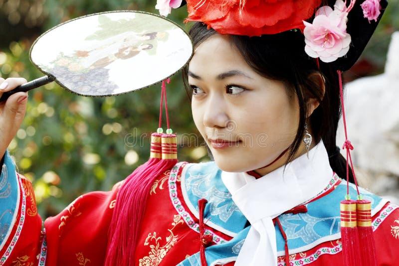 forntida kinesisk klänningflicka royaltyfria bilder