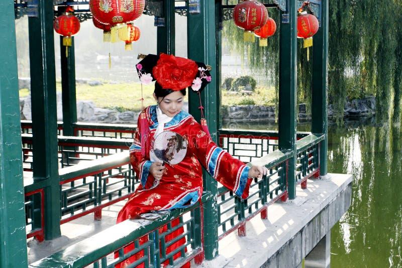 forntida kinesisk klänningflicka arkivbilder