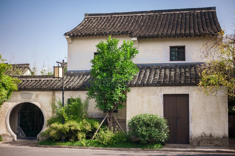 Forntida kinesiskt klassiskt traditionellt hus royaltyfria bilder
