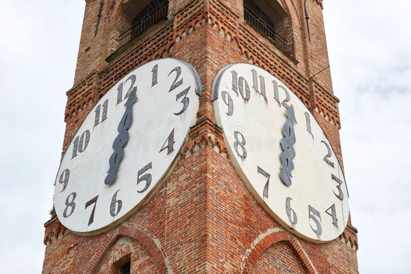Forntida klockatorn för Belvedere, klockadetalj i en sommardag i Mondovi, Italien arkivbilder