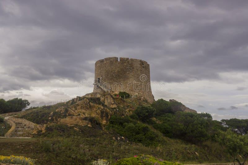 Forntida klockatorn i Sardinia royaltyfri foto