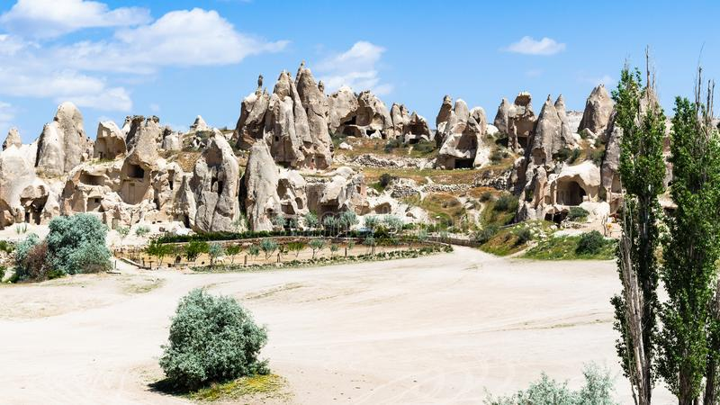 forntida kloster- bosättning nära den Goreme staden royaltyfri fotografi
