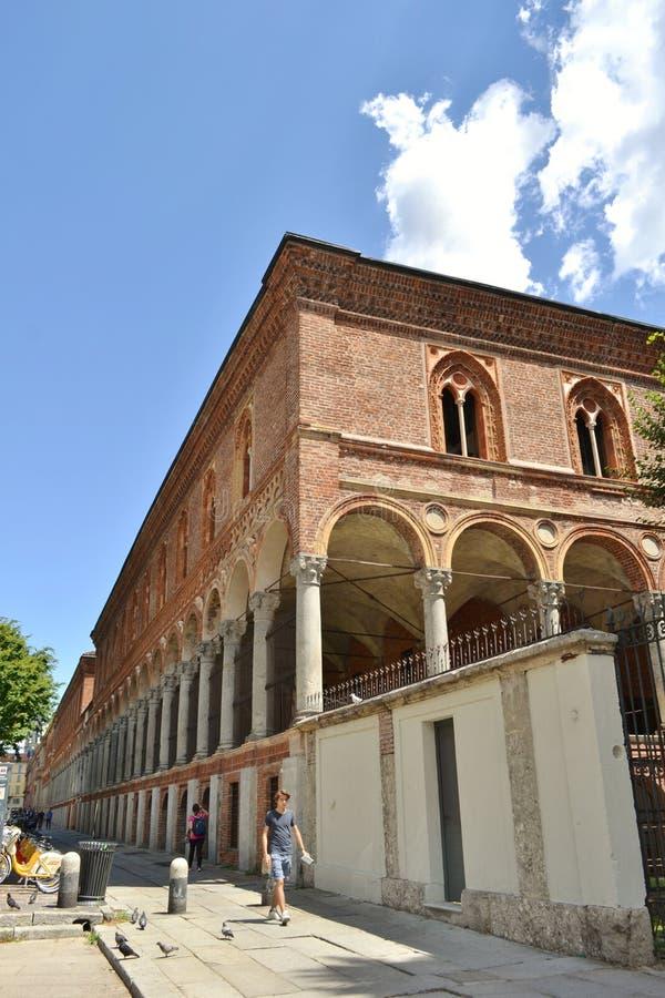 Forntida klosterbyggnad av Milan State University i det Milan centret royaltyfri fotografi