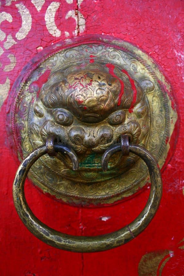 Forntida knackare för lejonhuvuddörr på en röd dörr i den Tovkhon kloster, Ovorkhangai landskap, Mongoliet Lokal f?r Unesco-v?rld royaltyfria bilder