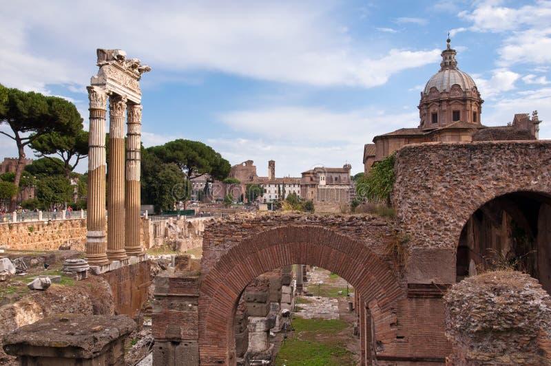 Forntida kolonner och fördärvar i den Fori imperialien på Rome royaltyfria foton
