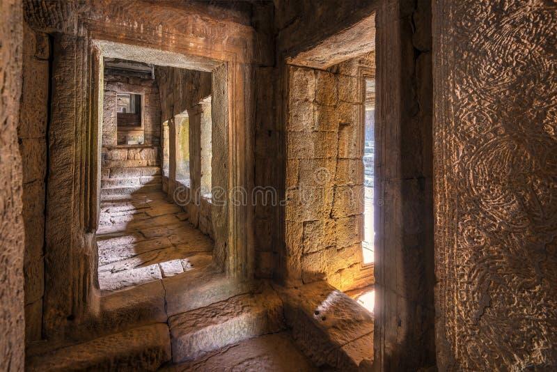 Forntida korridor i den Bayon templet, Cambodja arkivfoto