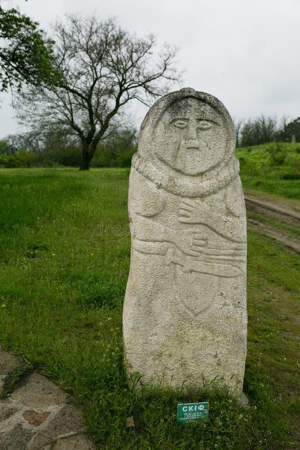 Forntida kurgan stelae i den Khortytsia isalnden, Zaporizhia, Ukraina royaltyfri foto