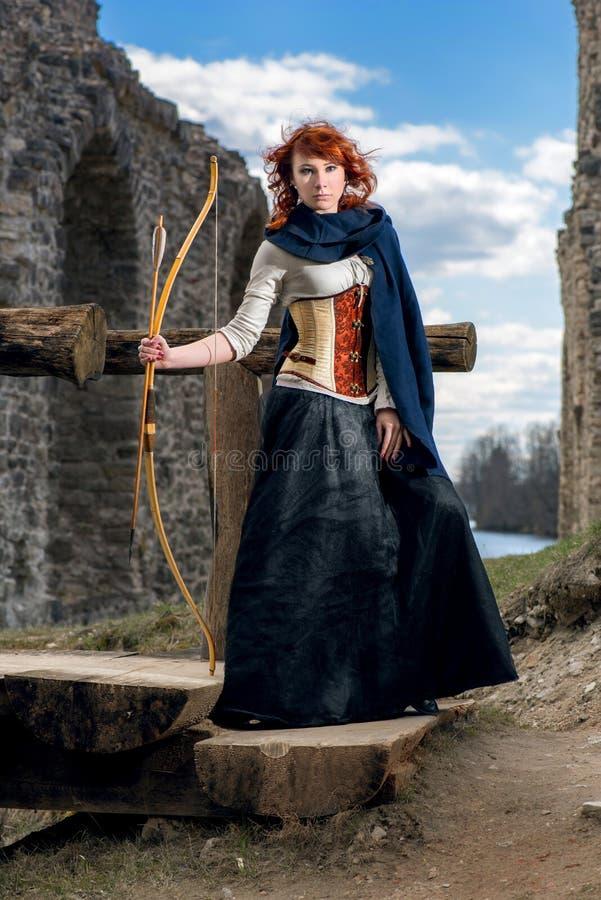 Forntida kvinnlig bågskytt arkivbilder