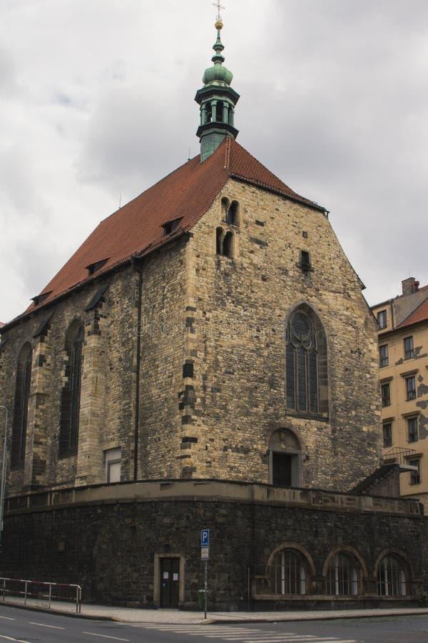 Forntida kyrka i den gamla staden av Prague för republiktown för cesky tjeckisk krumlov medeltida gammal sikt arkivbilder