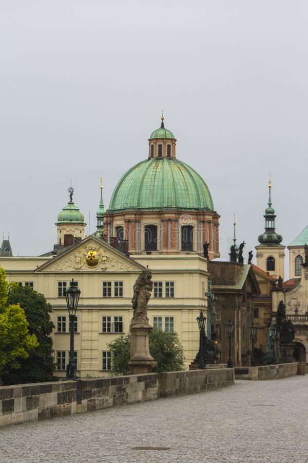 Forntida kyrka i den gamla staden av Prague för republiktown för cesky tjeckisk krumlov medeltida gammal sikt royaltyfria foton