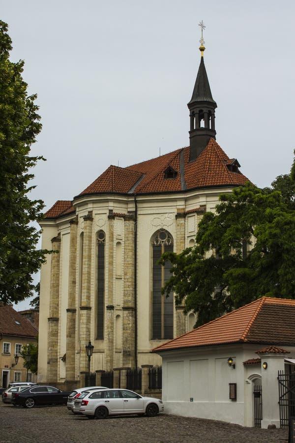 Forntida kyrka i den gamla staden av Prague för republiktown för cesky tjeckisk krumlov medeltida gammal sikt royaltyfria bilder