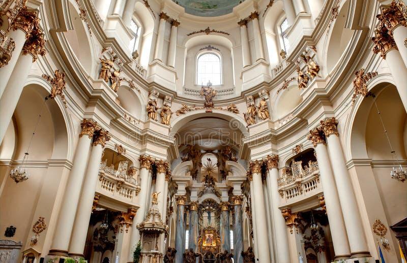 forntida kyrklig interior arkivfoton