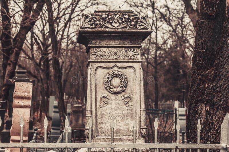 Forntida kyrkogårdgravstenmonument av andar för spöken för ängelmystikgåta kommer med död royaltyfri fotografi