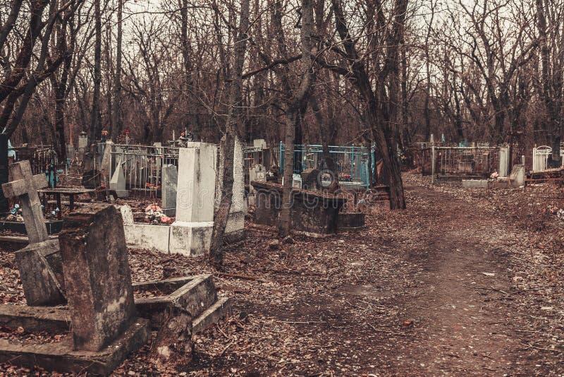 Forntida kyrkogårdgravstenmonument av andar för spöken för ängelmystikgåta kommer med död royaltyfria foton