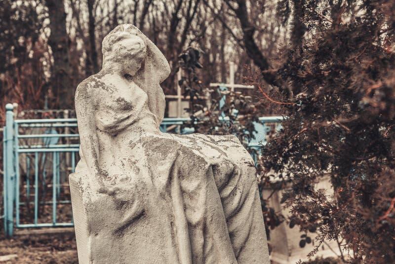 Forntida kyrkogårdgravstenmonument av andar för spöken för ängelmystikgåta kommer med död arkivfoton