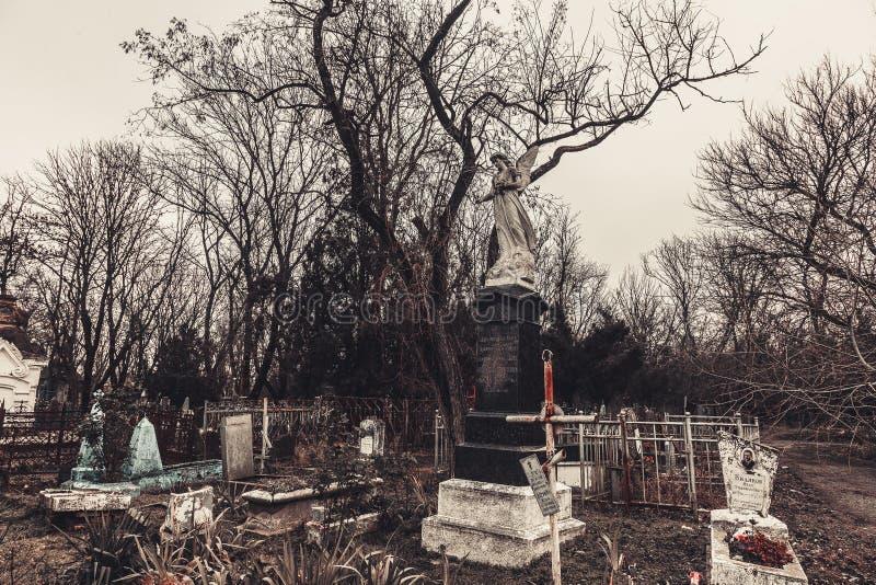 Forntida kyrkogårdgravstenmonument av andar för spöken för ängelmystikgåta kommer med död royaltyfri foto