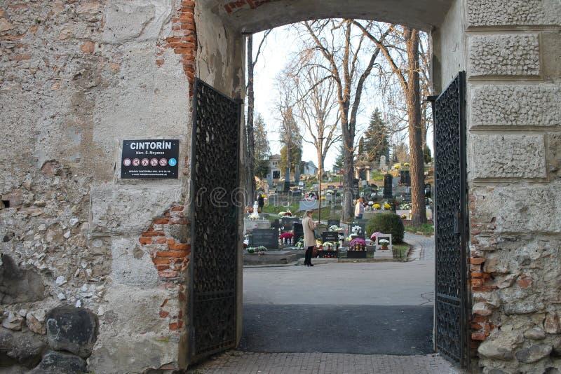 Forntida kyrkog?rd i Banska Bystrica, Slovakien arkivfoton