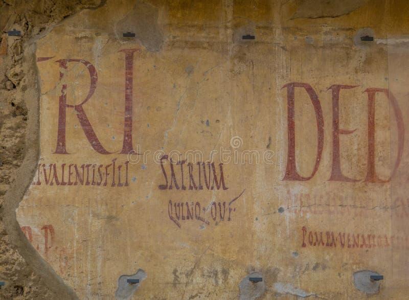 Forntida latinska handstilar i Pompeii, Italien royaltyfria foton