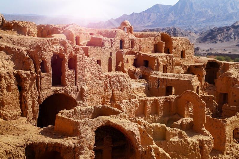 Forntida leraarkitektur i den övergav byn av Kharanagh persia iran Sikt Yazd arkivfoto