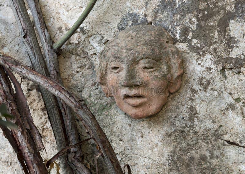 Forntida leraframsidaskulptur på väggen av en gångbana i Masseriaen Torre Coccaro arkivbild