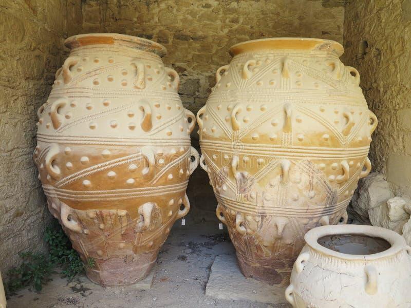 Forntida leraMinoan amfora i Kreta, Grekland royaltyfria bilder