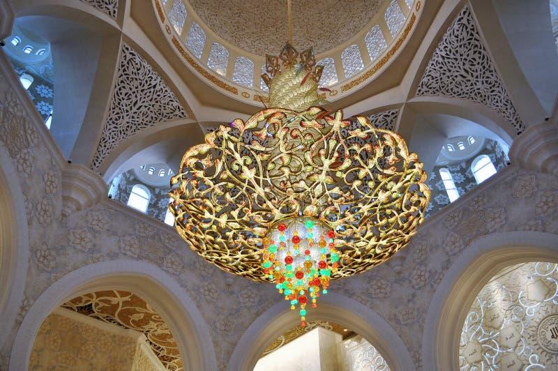 Forntida ljuskrona på Sheikh Zayed Grand Mosque i Abu Dhabi arkivbilder