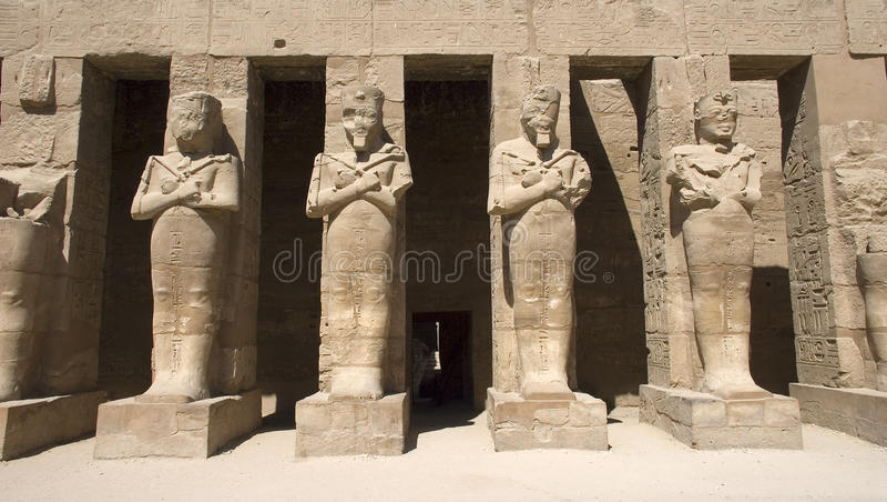 forntida lopp för tempel för egypt karnakstatyer royaltyfria bilder