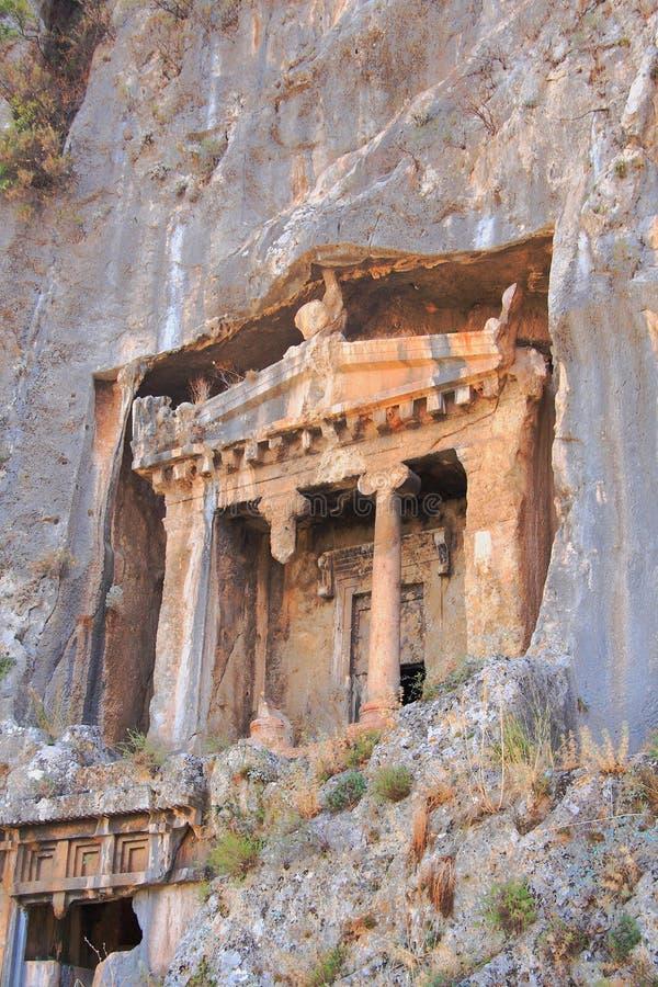 Forntida Lycian gravvalv som klipps ner i, vaggar Fethiye Turkiet arkivbilder