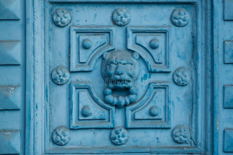 Forntida lyxig dörr med lejonskulptur arkivfoto
