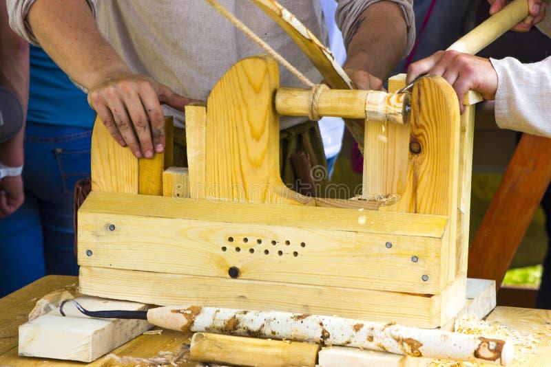 Forntida malningmaskin som göras av trä royaltyfria foton