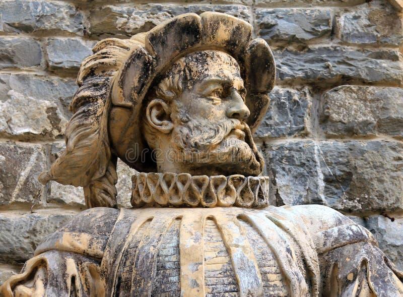 Forntida marmorera statyn av en adelsman på en wal bakgrund av stenen arkivfoton