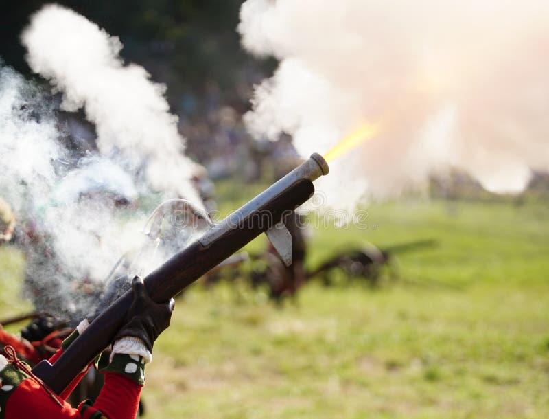 Forntida matchlockvapenskottlossning, massor av rök fotografering för bildbyråer
