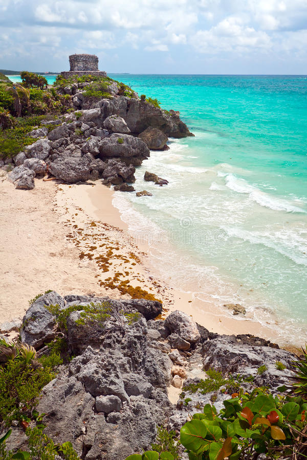 Forntida Mayan fördärvar tempelet på stranden av Tulum royaltyfri foto