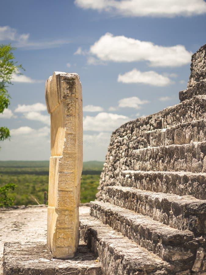 Forntida Mayan skulptur med hieroglyfisk handstil i Calakmul, M royaltyfria foton