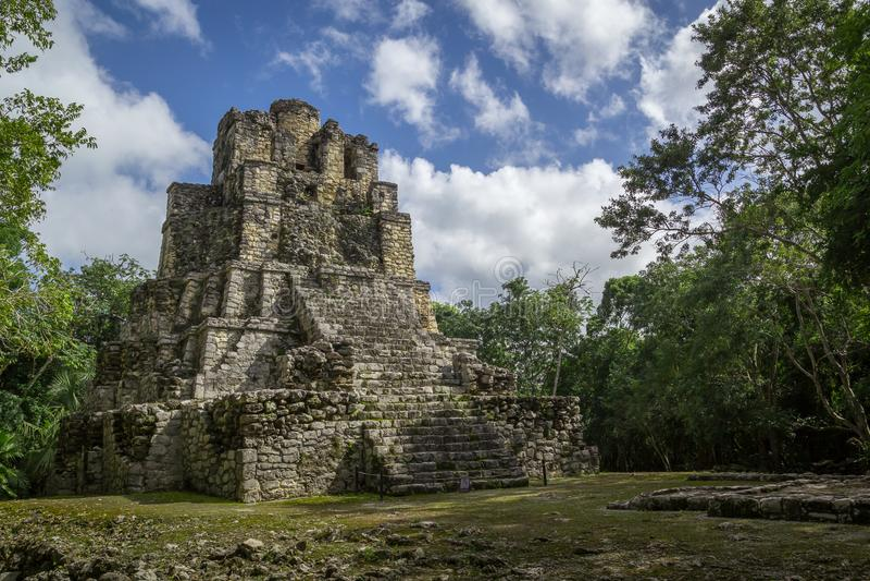 Forntida Mayan tempelkomplex i Muil Chunyaxche, Mexico royaltyfri fotografi