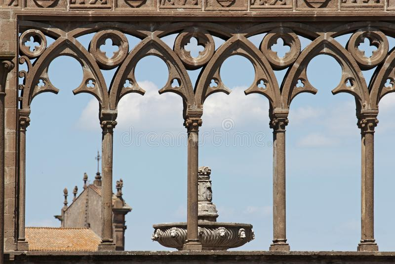 Forntida medeltida kolonn i Viterbo, Italien royaltyfria foton