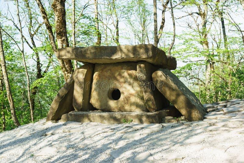 Forntida megalitisk struktur tidigare än III--IVmillenium F. Kr.-dolmen-i vårskogen royaltyfri bild