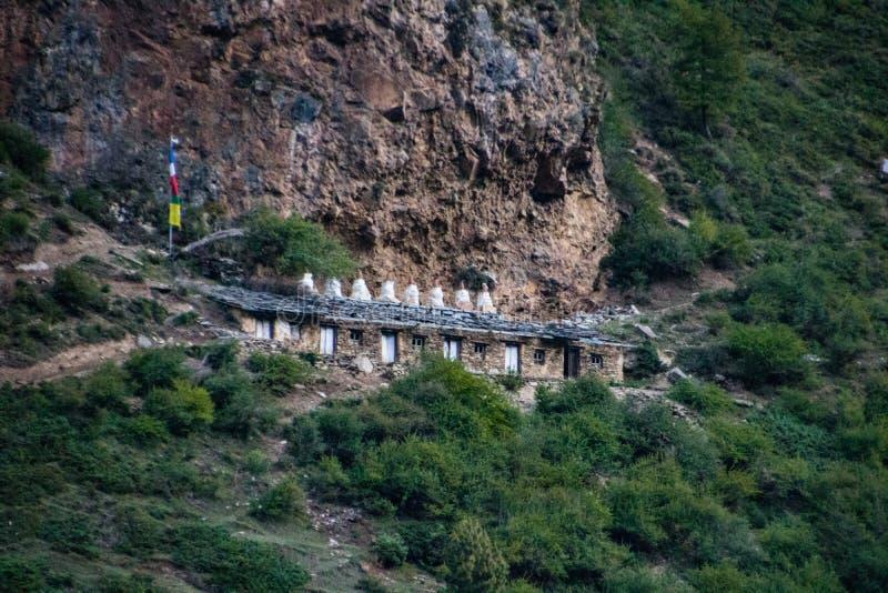 Forntida Milarepa Monastry och grotta royaltyfri bild