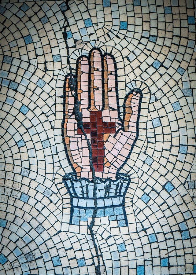 Forntida mosaik av handen och korset arkivbilder