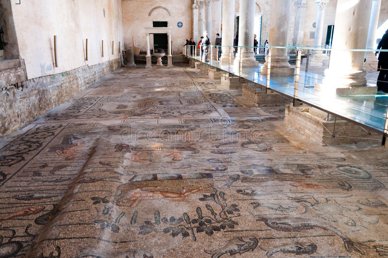 Forntida mosaiker inom Basilika di Aquileia arkivfoto
