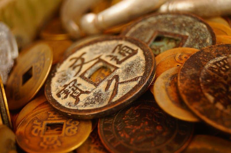 Forntida mynt, Yuan Bao och silverarmband som visas i antikvitet, shoppar arkivbild