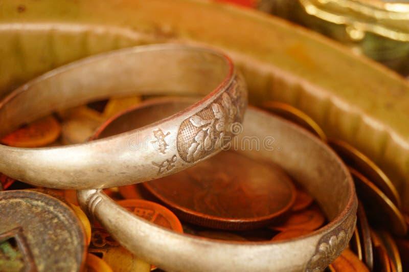 Forntida mynt, Yuan Bao och silverarmband som visas i antikvitet, shoppar arkivfoton
